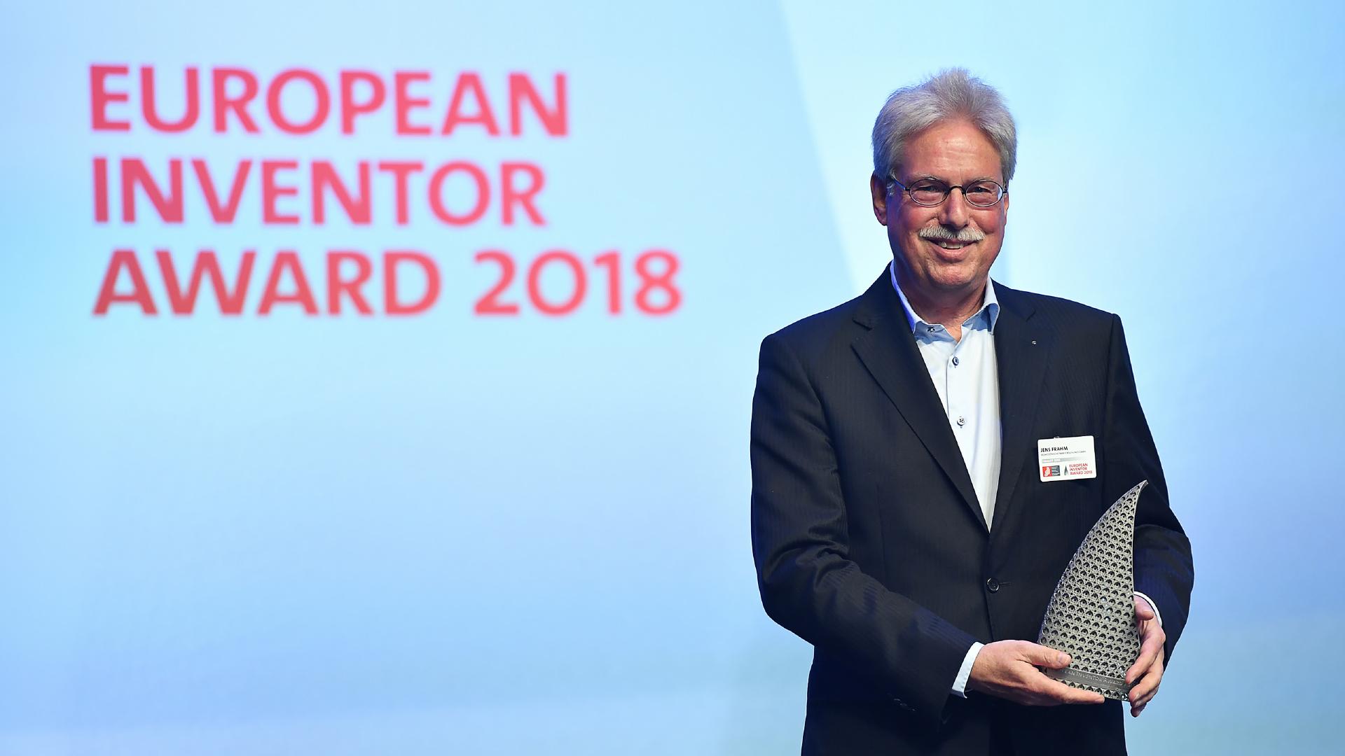 Gewinner des Europäischen Erfinderpreises mit Trophäe
