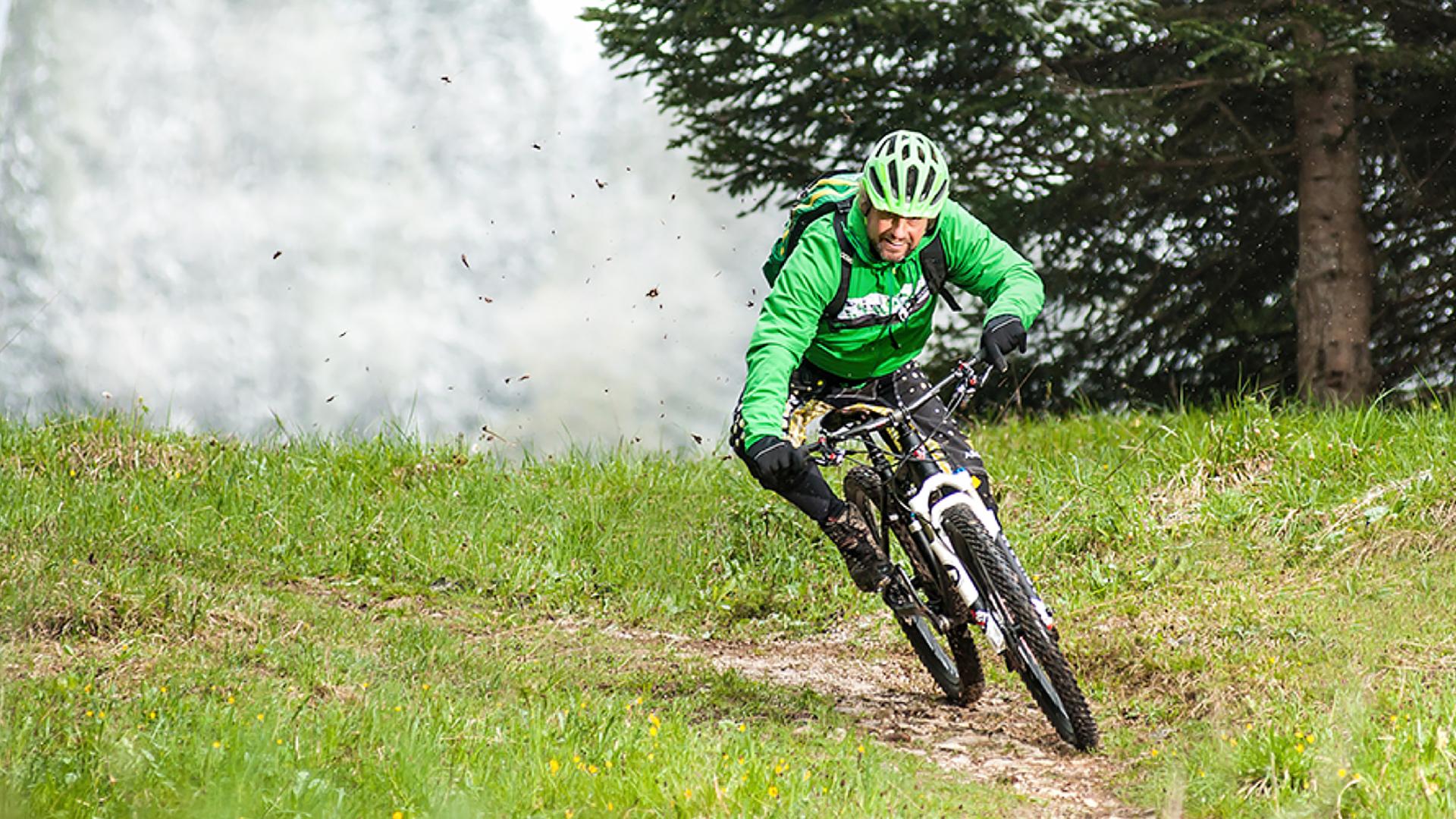 Magura Mountainbiker auf grüner Wiese vor Wald