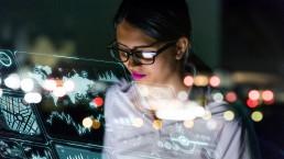 Frau vor digital Screen von iPoint