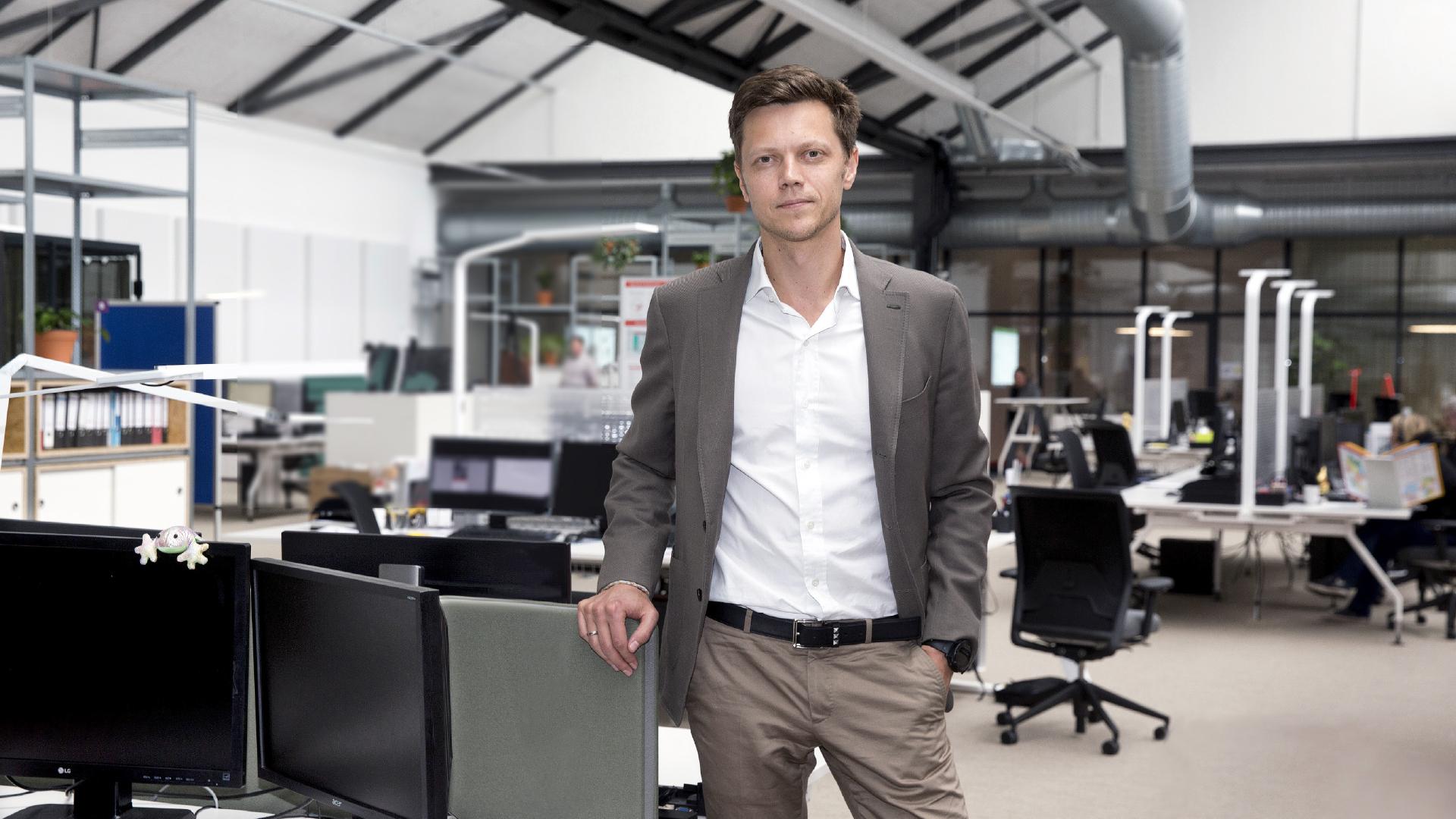 Starmix Herr Gorovoy vor Büro