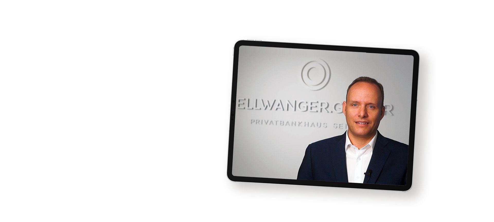 Tablet zeigt Herr Rapp vor Schriftzug Ellwanger & Geiger
