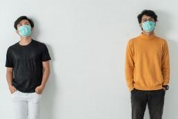 Distanzierte Menschen mit Masken