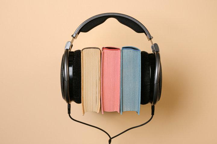 Kopfhörer und Bücher