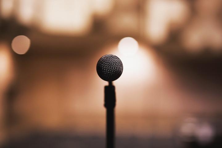 Ein Mikrofon auf einem Mikrofonständer